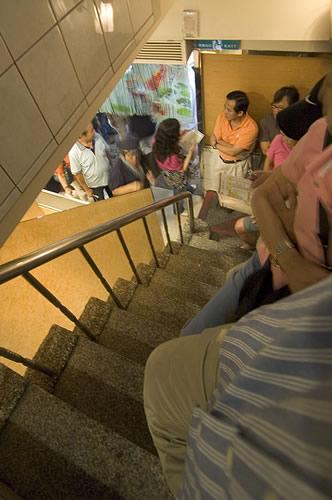 台灣必吃美食的美觀園人氣超好,用餐時間可見從樓上一直排到門外的排隊人龍...