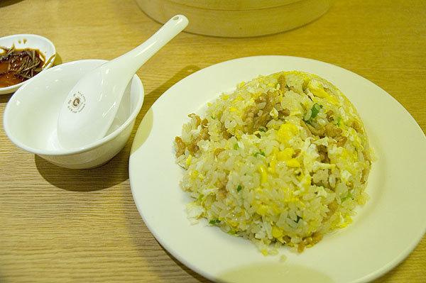 鼎泰豐的蛋炒飯飯粒鬆散,不至於太乾,卻也不會濕過頭,還「吃得出鍋氣」,一邊吃一邊感到是大火快炒出來的。