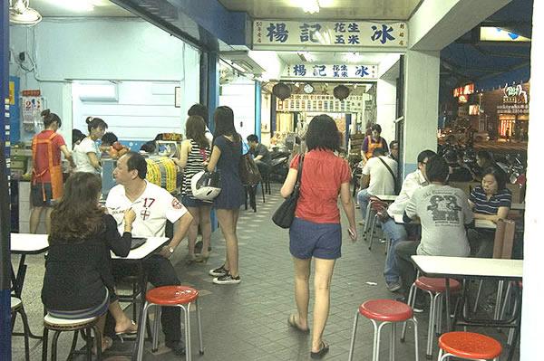 台北平價住宿VIA HOTEL今天就要介紹一家碩果僅存的刨冰老店 - 西門町楊記刨冰!