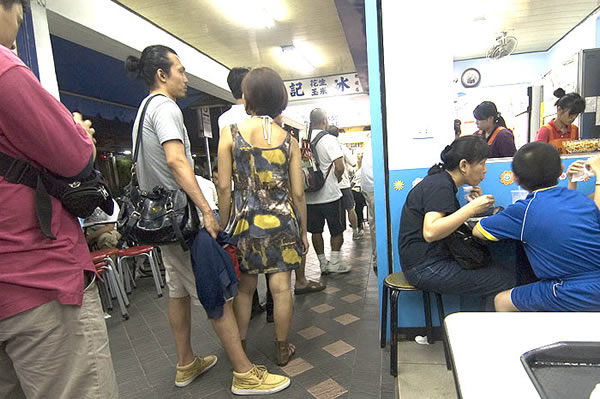 看一下西門町楊記刨冰的排隊人潮,隨隨便便也排了七八個人!