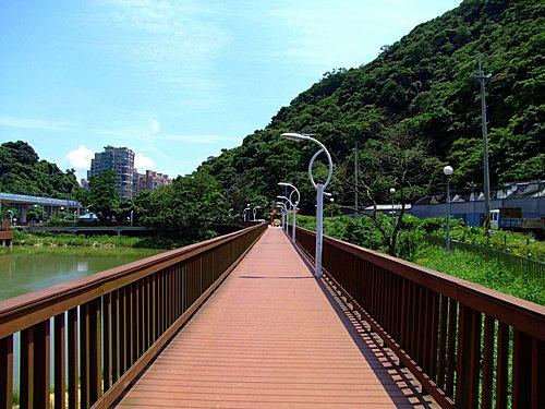 往大湖公園南端走去,可見一座木橋,可以連到白鷺鷥山的登山步道口