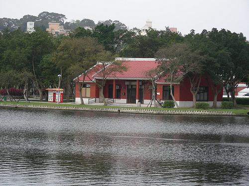 大湖公園興建於1979年,中國園林式的設計規劃,總是群集白鷺、水鳥。
